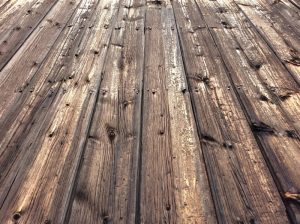 Unikke håndlavede plankeborde i genanvendeligt træ til favorable priser